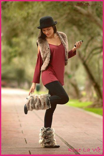 """Invierno fashion!! Que no tengas un plan especial, no significa que no puedas vestir con estilo...  Lo tenemos todo!! Una combinación perfecta para lucirte en el día.  Túnica- polivestido """"Glamour"""", con hombros descubiertos en color conchevino. Bolero de peluche """"Firenzza"""". Escarpines de peluche """"Winter legs"""", convierte tus zapatos en botas!! Leggings con push up en color negro. También en variedad de colores. Sombrero """"Mars"""", dale un estilo bohemio a tu look."""