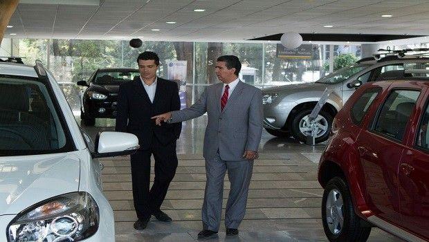 Dólar caro preocupa a muchos pero beneficia precios de autos nuevos en México
