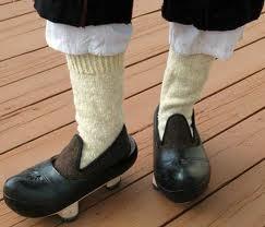Madreñas Asturianas - Versión fashion total con madreñas decoradas y limpias. Incluye escarpines (zapatillas) y calcetines de lana hechos a mano.