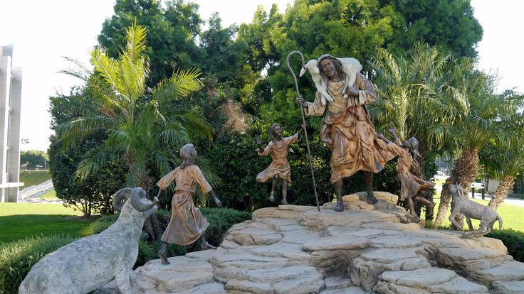 Grupo de esculturas representando O Bom Pastor nos jardins da Catedral de Cristal em Garden Grove, Califórnia, USA.  Fotografia: Frandis.