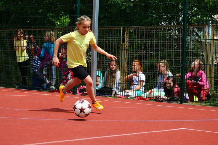 Hacke, Spitze, eins, zwei, drei  Chemnitz – Montessori-Grundschüler messen sich auf dem Bolzplatz. Eindeutiger Sieger in der Mädchen-Staffel.