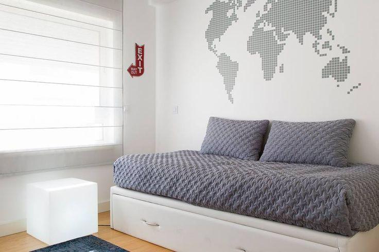 Candeeiro cubo / estores / colcha de cama / almofadas / mapa em vinil