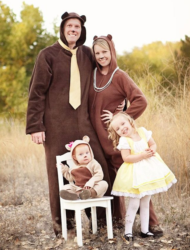 This Goldilocks + the 3 Bears DIY family Halloween costume idea is SO cute!