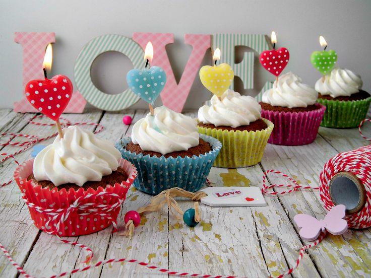 Un amore di cupcake, semplice e goloso, per festeggiare il San Valentino, può essere anche un'idea carina per chi il 14 febbraio festeggia l'onomastico o il compleanno. Una ricetta veloce da realizzare, perfetta per chi ha poco tempo, unica decorazione un ciuffo di panna montata e una piccola candela a forma di cuore.