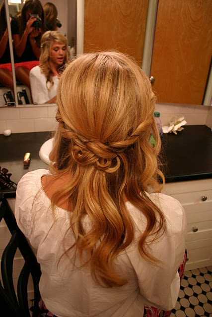 Cute hair idea. (=Hair Down, Fun Hairstyles, Wedding Hair, Bridesmaid Hair, Hairstyles For The Brides, Cute Hair, Girls Hairstyles, Hair Style, Hair Knot