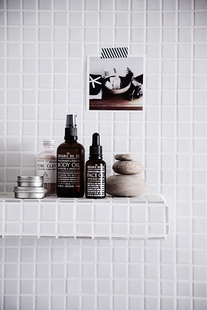 Baño Pedro: Esta es otra idea excelente para dejar los shampoo en le baño de mi Pedro. En vez de una ventana ciega, una repisita de mozaicos
