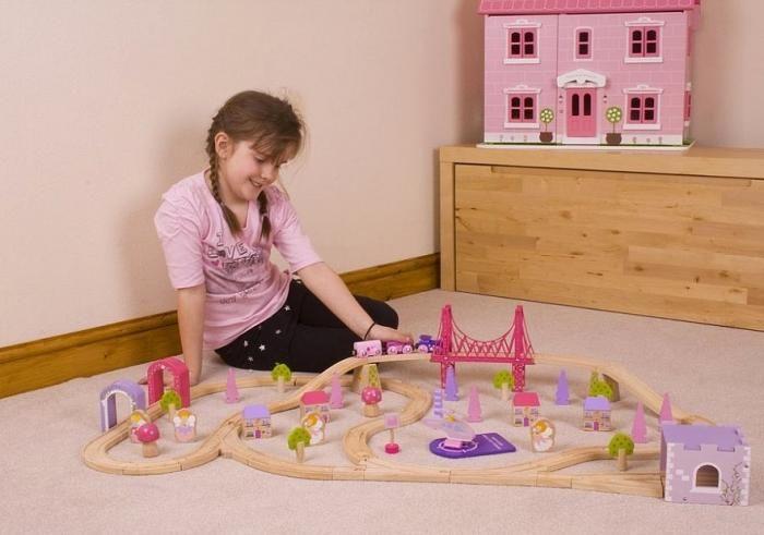 Fairy Town Train Set;  Las hadas han llegado a la ciudad con este magnífico tren de madera rosa y colores pastel.  Desde las alegres hadas, hasta los árboles de colores brillantes y las casas. ¡Incluso el helicóptero coordina con el resto!  Incluye un gran puente rosa y un motor que tira de dos vagones fantasía... En   http://www.opirata.com/fairy-town-train-p-26857.html