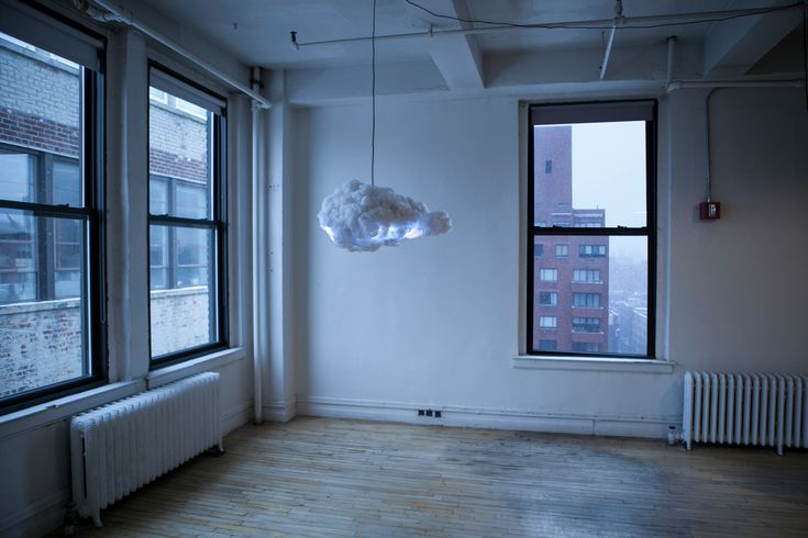 The Cloud - chmura to interaktywny system głośników i lamp, zaprojektowany, aby naśladować chmury burzowe.Za pomocą czujników ruchu wykrywa obecność użytkownika i tworzy niepowtarzalny pokaz błyskawic i grzmotów podyktowanych ruchem.System wyposażony jest w potężny system głośników, z kt