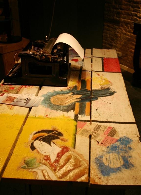 Nº8    És a la nit, quan la gent dorm,  que totes les taules somien  i s'imaginen que són llenços,  vestits de flors per la paret;  o geishes especialitzades  en cerimònies del te.    És a la nit, quan tothom dorm,  que una taula no sap si ser  l'obra mestra del Mondrian,  del Munch, una finestra al mar  o el testimoni d'un amor  gravat a la fusta d'un banc.    És a la nit, quan la gent dorm,  que, acotxades dins un taller  farcit d'històries de molts anys,  …..Maite Mateo