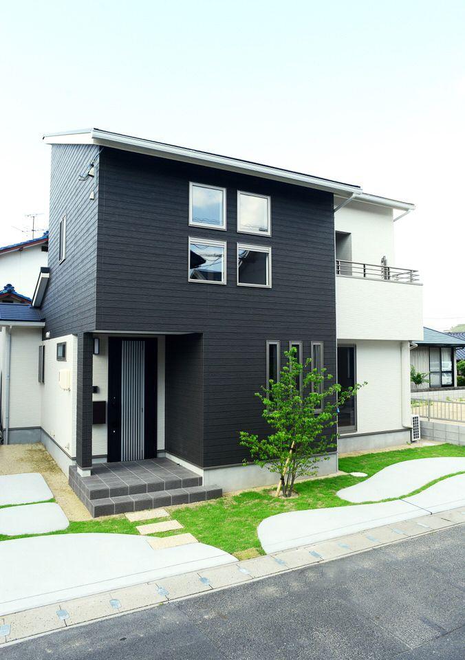 「オープン外構の家」モノトーンに緑が映える、モダンなデザイン。/注文住宅
