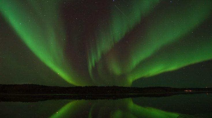 Auroras boreales y un meteoro desde Territorios del Noroeste, Canadá   El Universo Hoy