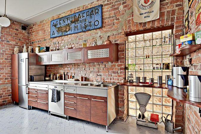 Industriellt kök med tegelväggar.