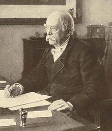 Otto von Bismarck dans son bureau en 1886. - La personnalité de l'homme d'état allemand reste liée à des conceptions politiques autoritaires illustrées par l'axiome: la force prime le droit. Réaliste, Bismarck a poursuivi inflexiblement son dessein, qui était la grandeur et la puissance de l'Allemagne sous le sceptre du roi de Prusse devenu empereur. Son absence de scrupules, son militarisme et d'une manière générale, ses méthodes violentes ont fait école en Europe et dans le monde