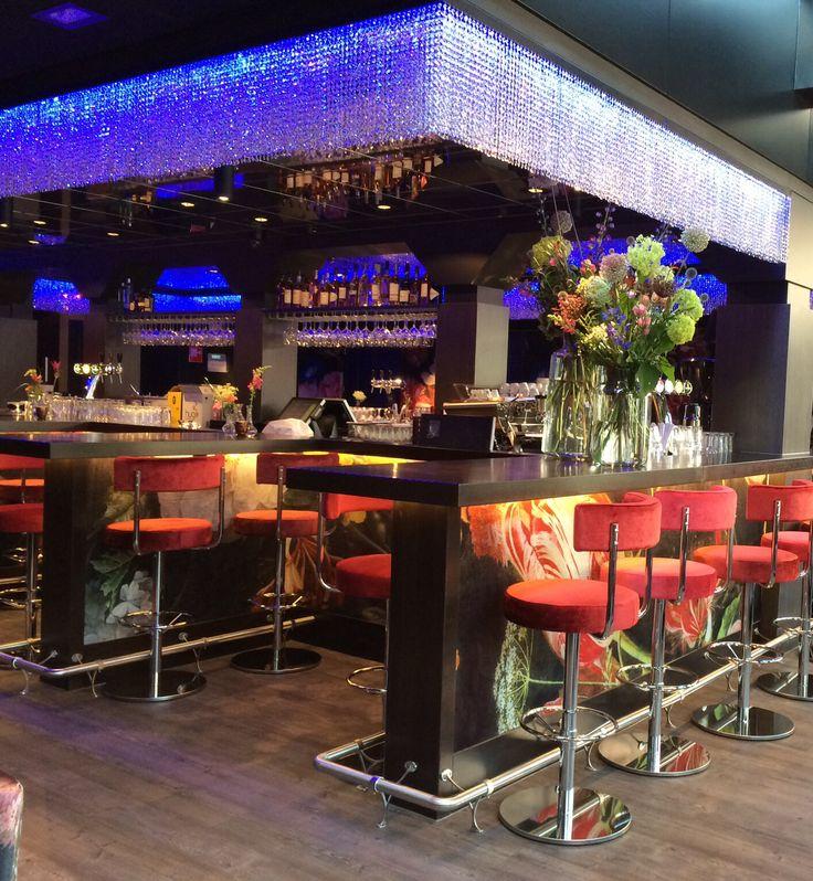 Café Arnhem. Heerlijk eten aan de eilandbar.