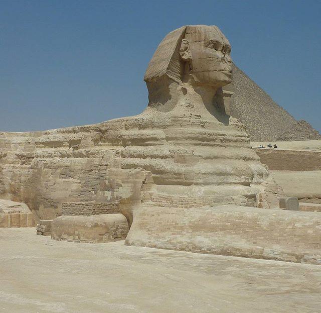 Com o corpo de um leão deitado e uma cabeça humana a Grande Esfinge é o guardião do túmulo de Quéfren. porainomundo.blogspot.com #egypt #pyramids #greatsphinx #egito #sevenwonders #sevenwondersoftheworld #setemaravilhas #setemaravilhasdomundo #porainomundo #viagensincriveis #destinosimperdiveis #wonderfulplaces #bestvacations #bestplacestogo #travellingshoot #mochileirosgrupofechado #wanderlust #instatravel #instatraveling #travelphotography #traveltheworld #queroferiasagora #amazing_click…