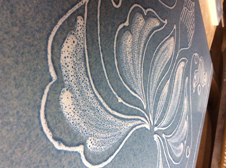 Sfumature di smalto bianco su fondo di azzurro ramina martellato.  #stufecollizzolli #stufe #handmade #madeinitaly #fattoamano #artigianato #design #italy #arte #qualità #home #casa #arredamento #arredamentocasa #interiordesign #designhome #processoartigianale #ceramica #ceramicart #maiolica #argilla #kachelofen #cotturainforno #pittura #incisioni #rilievi #decorazioni #trentino #bolbeno