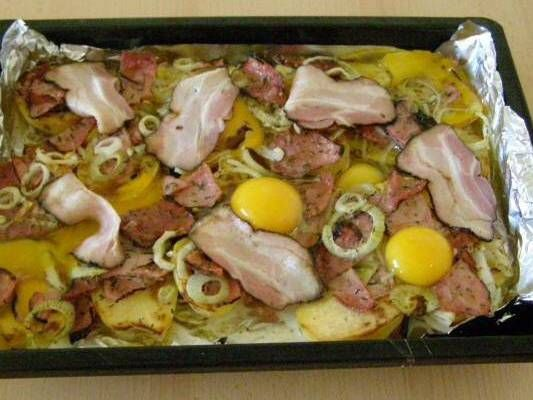 Zapečené brambory s anglickou slaninou a vejci