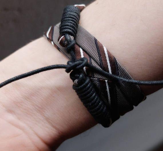 Bracciale unisex creato utilizzando la seta di una cravatta da uomo vintage e cordino cotone cerato nero avvolto. Il bracciale avvolge due volte il polso. Chiusura con lacci in cotone cerato Circonferenza polso cm 16 ( 6,2- 6,7) o cm 17,5 - 19 (7- 7,5) Lunghezza fili cravatta cm. 33 o cm 36 circa (13 on 14) Lunghezza laccio : cm 12 MADE IN ITALY 100% HANDMADE 100% RECYCLED ATTENZIONE : questo articolo è spedito con Posta Prioritaria in quanto è veloce ed economica (ma NON TRACCIABILE). Se…