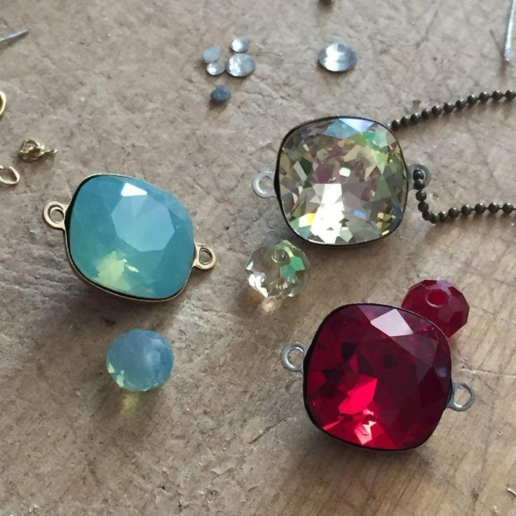 Superbes couleurs pour ce cristal de Swarovski en ras de cou (fiche) ou bracelet en cours de réalisation & bientôt en boutique.. Rouge profond, vert opalescent aux reflets lumineux.et luminous Green aux reflets dorés ... OREVE Adore .. A vous de choisir