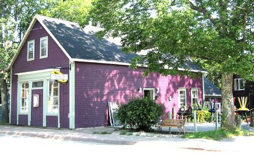 Cheesecake Gallery - Mahone Bay Nova Scotia ... Quaint! Excellent pan fried haddock. Enjoyed the local art work! Under new management now (different name) but equally as good...