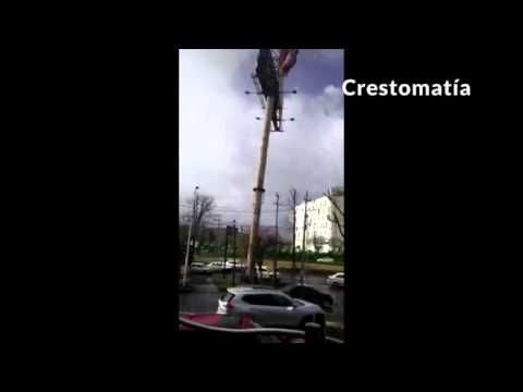 03/09/2016 - At least five people were injured after a billboard fell on two vehicles circulating on the Toluca- Tenango road in the commercial area of Metepec Galleries, in the State of Mexico.  Through social networks began circulating a video in which the exact time when the billboard could not resist the strong winds that were recorded in the area and finally fell on a couple of cars circulating in the place.