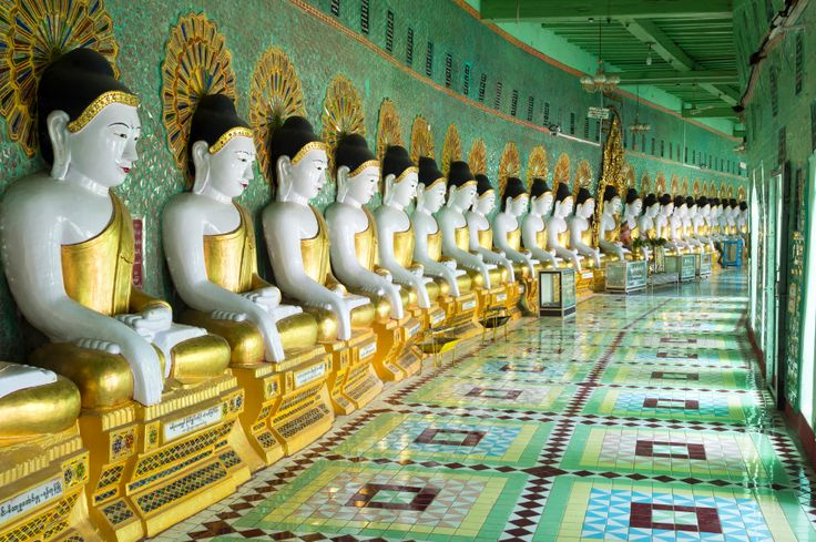 Estátuas de Buda no templo U Min Thonze Pagoda, em  Mandalay