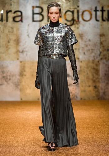 Gonna lunga. A piegoline con il top metallizzato e i guanti extra lunghi    Laura Biagiotti, sfilata autunno/inverno 2012-13