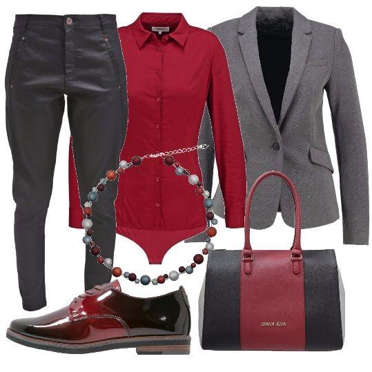 Prendere spunto dallo stile maschile è divertente. Blazer antracite, pantalone largo a vita alta, camicia-body taglio classico, scarpa bassa stringata fantasia sfumata, borsa Armani Jeans in pelle, collana con perline multicolor.