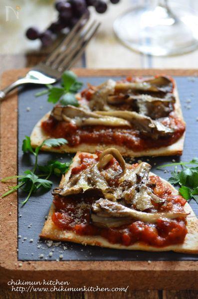 舞茸の良い香りがたまらないクリスピーピザです。粉チーズで仕上げることで舞茸の良さが引き立ちます!トマトソースはジャガイモを少し入れて食べ応えのあるソースにしてみました。