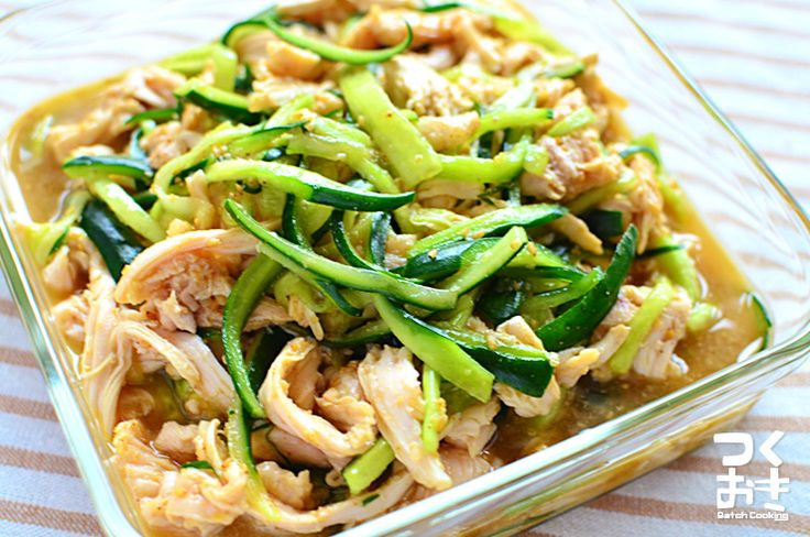 鶏むね肉を使ったパサパサしない蒸し鶏。冷たいままでも温めなおしても、おいしく食べれる常備菜です。じっくり低温で蒸すので、調理時間はかかりますが、放っておくだけなので簡単ですよ。