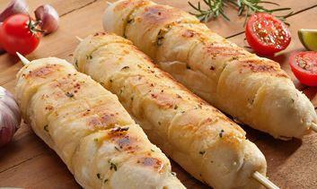 Vai fazer um churrasco no fim de semana?! Não esqueça de preparar espetinhos de Pão de Alho para acompanhar.