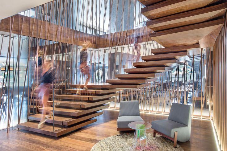 Il portfolio Fontanot Contract, con tanti progetti di scale interne moderne, in legno, vetro, acciaio e altri materiali, anche a chiocciola. E di design.