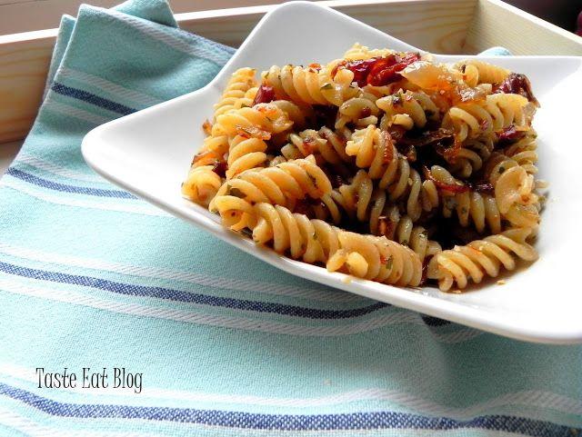 Taste Eat: Szybki makaron z suszonymi pomidorami, czosnkiem i...