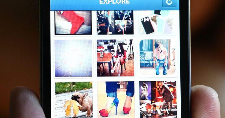 Cómo borrar múltiples fotos en un iPhone. El iPhone Apple incluya una cámara para capturar momentos espontáneos en fotos. Enviarlas a tus amigos y familia o subirlas a tu cuenta de Facebook es parte de la diversión de tener un iPhone. Ocasionalmente, querrás limpiar el álbum de fotos. En lugar de borrar una foto a la vez, puedes borrar múltiples fotos .