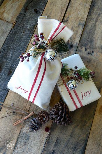 大きなベルも、クリスマス素材。グリーンや松ぼっくりなどと一緒にツリーを思わせる組み合わせでラッピング♪