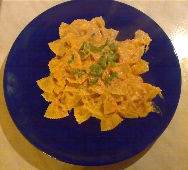 Un classico primo piatto, la ricetta delle farfalle alla polpa di granchio, piatto semplice e gustoso. Ingredienti farfalle alla polpa di granchio per3 persone  300 gr. di pasta (formato farfalle o penne, tagliatelle) 1 scatoletta di polpa di granchio (meglio se senza chele) un po' di passato di pomodoro un po diprezzemolo 1 confezione di panna da cucina mezzacipolla peperoncino sale olio un po' di vino bianco (opzionale)  Preparazione farfalle alla polpa di granchio Mettere un po&...
