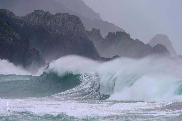 Resultado de imagen para lancha en medio de un mar embravecido