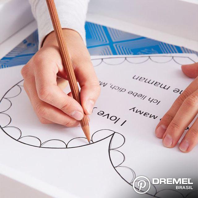 Passo 2: Depois que a tinta secar, contorne o desenho que quer fazer usando um papel carbono para decalque. Que tal uma mensagem especial para a sua mãe?