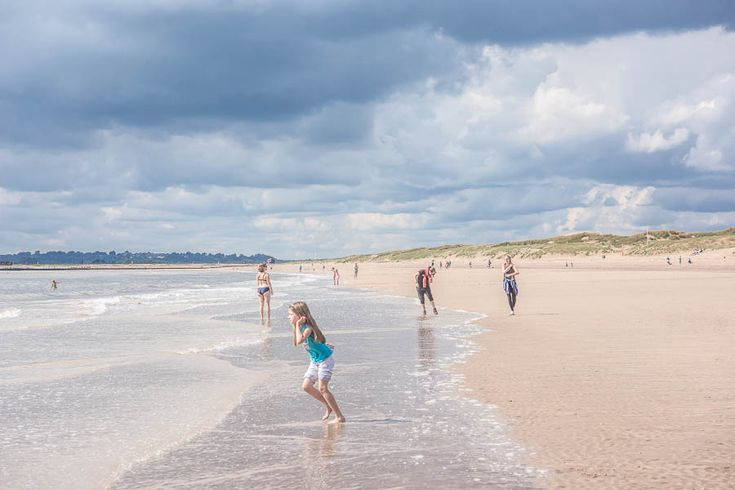 We discovered the wide golden sand beach and sand dunes of Camber Sands in East Sussex, considered one of the best beaches in UK.