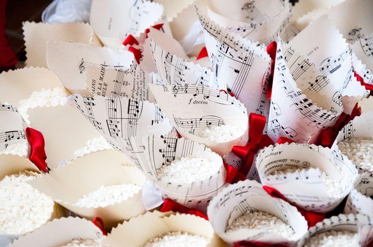 Che poesia in questi coni di carta realizzati con vecchi spartiti musicali... note d'amore e di passione per il matrimonio di Valeria e Filippo che hanno scelto la musica e il vino come temi del loro matrimonio... un matrimonio da sogno... www.weddinginelba.it #dettaglidautore #weddingservices #weddingstyle #elbawedding #elbaweddingstyle #eventplanner #servizipermatrimoni #coni #conettiperriso #elbaisland #tuscany #weddingelbastyle