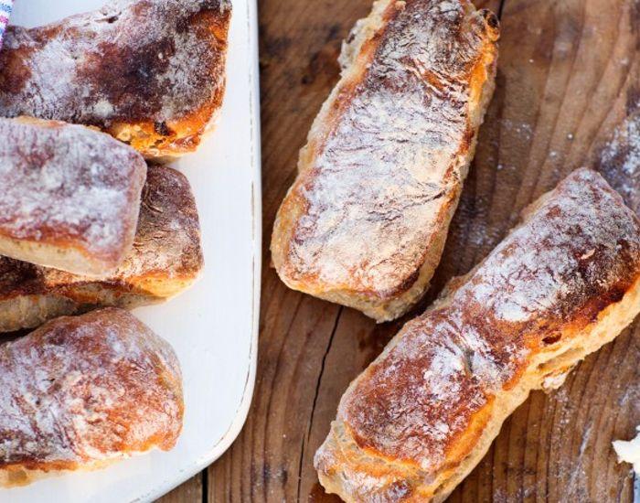 Lad dejen hæve i kæleskabet natten over, så har du nybagt brød på ingen tid til frokosten. Hvis du blander alle de tørre ingredienser i forvejen i en beholder, bliver det endnu nemmere at servere det nye brød.