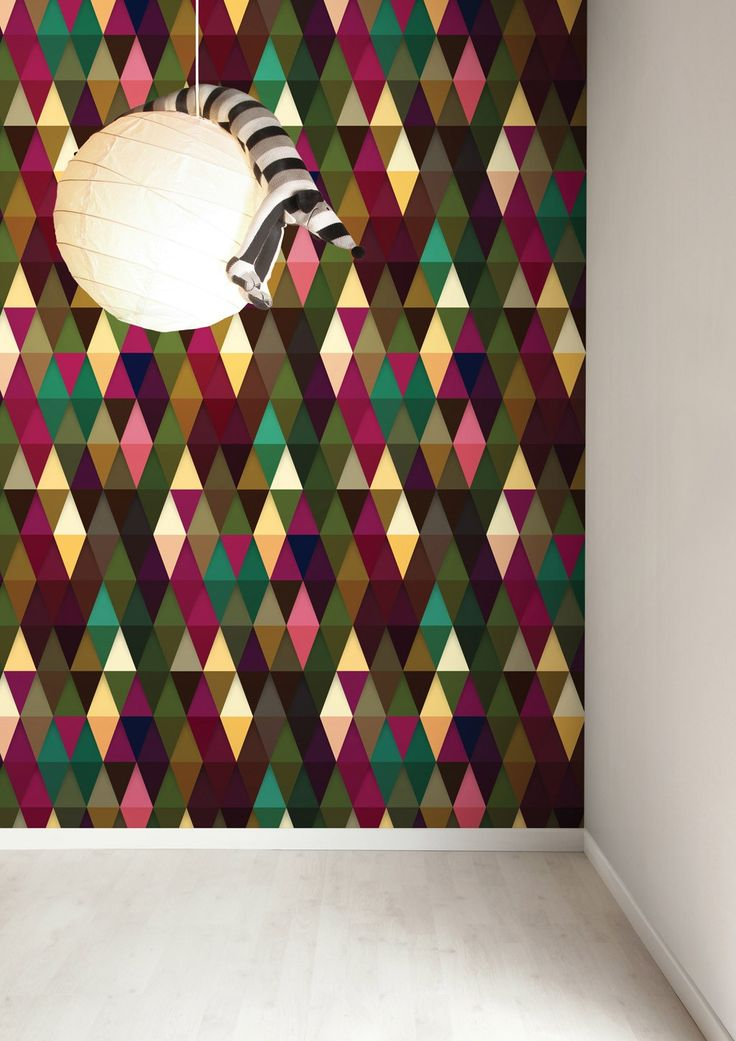 Een+muur+laten+opvallen?+Dat+doe+je+met+dit+grafische+behang+van+KEK+Amsterdam.+De+driehoek+is+afgebeeld+in+verschillende+kleuren.+Price+€99,95