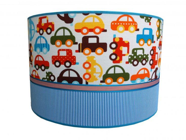 Hanglamp Auto's In Het Verkeer Juul Design- Wat een chaos in het verkeer! Op deze prachtige hanglamp staat een vrolijke retro print van verschillende auto's. De lampenkap wordt gecombineerd met een blauwe rand aan de onderkant en is mooi afgewerkt met een gekleurde bies. Deze hanglamp is een leuke blikvanger in de kinderkamer.