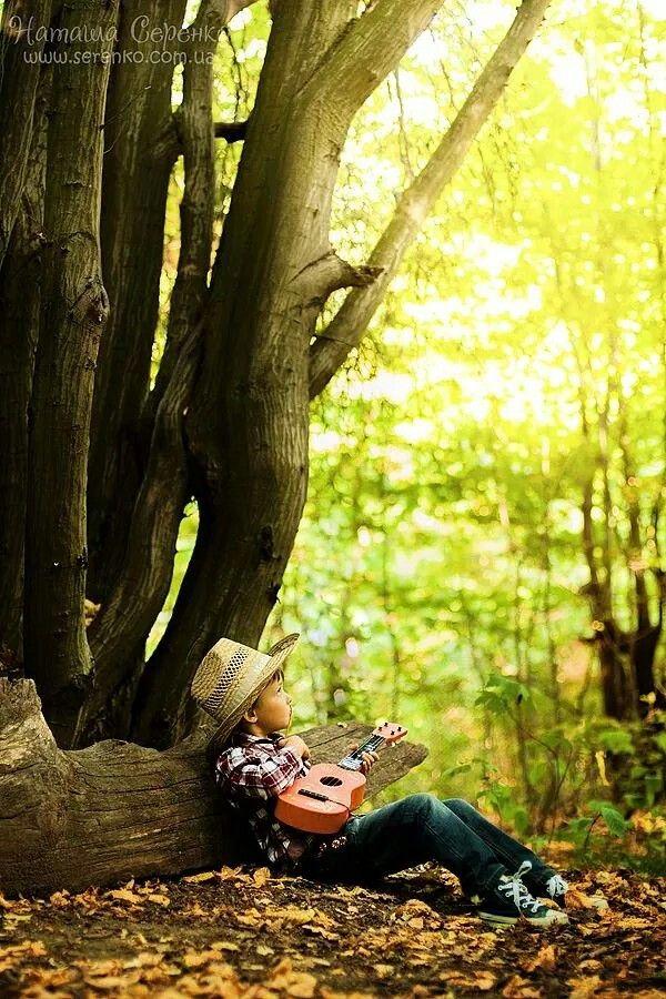 Ковбойская соломенная шляпа и детская гитара