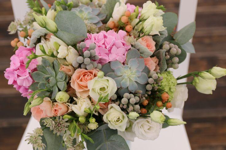 Мятная свадьба. Букет невесты: суккуленты, кустовые розы, гортензия, фрезия, эвкалипт, астрантия, бруния, вибурнум, гипперикум, сенеция нью лук, эустома