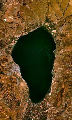 El mar de Galilea, también llamado mar o lago de Tiberíades y lago de Genesaret (en hebreo כִּנֶּרֶת, Kinéret, del hebreo «kinor» (kinnor) debido a su forma de arpa primitiva o lira;1 en árabe: بحيرة طبريا, Buhayrat Tibiriyā) es un lago de agua dulce
