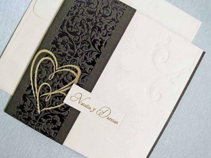 Invitatie de nunta romantica, alb-negru, cu inimi aurii.