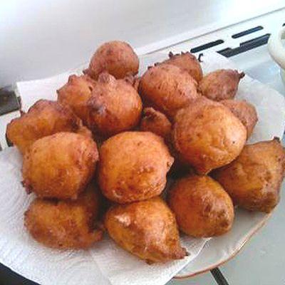 A túrót a tejföllel, a 3 tojás sárgájával, a vaníliával, cukkorral, csipet sóval, reszelt citromhéjjal összenyomjuk, majd belekeverjük a liszttel elkevert sütőport.  A 3 tojás fehérjét géppel habbá verjük, majd belekeverjük a túrós masszába.  Evőkanállal forró olajba szaggatjuk és kisütjük.