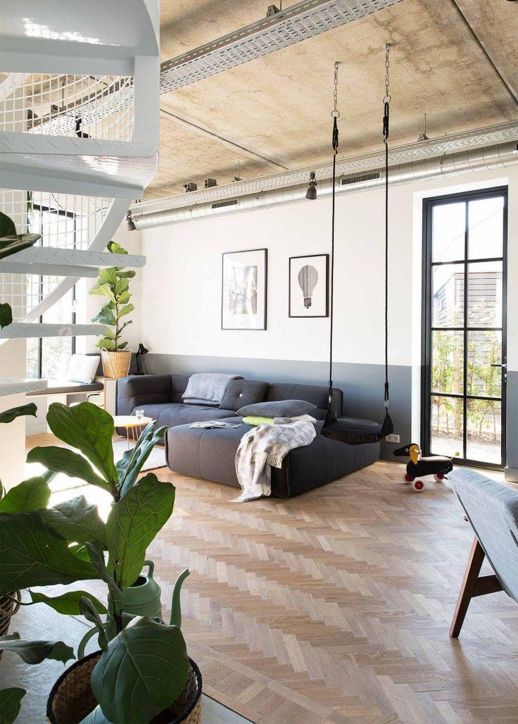 LOVE IT!! Lambrisering, kleur blauw muur, lambrisering, combinatie staal/glas, plant!