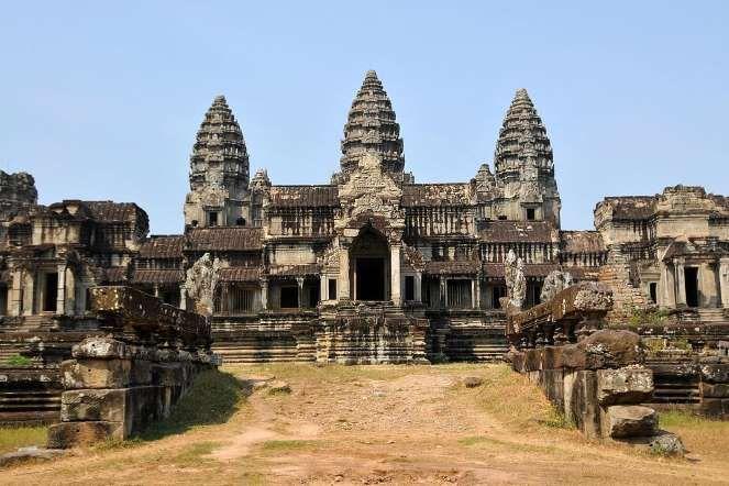 По другой версии: кхмерская цивилизация была смыта гигантской волной, прокатившейся вверх по долине ... - flickr.com